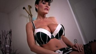 Retired-MILF-Lisa-Ann-Orgasms-in-Bathtub