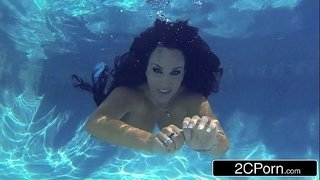 Stunning-MILF-Holly-Halston-Giving-Amazing-Underwater-Blowjob