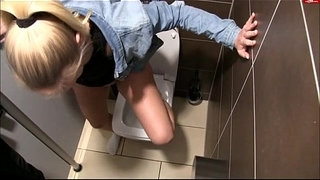 Blonde-Girl-In-Starbucks-Peeing-All-Over-Bathroom-Floor---hotpeegirls.com